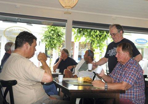 Fra venstre: Jon Alvsaker, Torbjørn Barikmo, Terje L. Jenssen, Håkon Mørkved og Bjørn Antonsen sitter fast på Lampeland Bakerids kaféutsalg i Storgata, men i slutten av august stenges dørene.