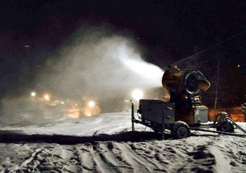 KJØRER PÅ: Uvdal skisenter kjører på med snøkanoner, og satser på å åpne første helga i desember.