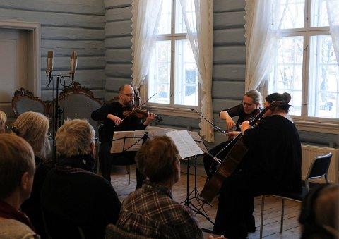 - Fantastisk: Ssens trio, bestående av Sølve Sigerland (fiolin), Henninge Landaas (bratsj) og Ellen Margrete Flesjø (cello) - gjennomførte Goldbergvaiasjonene på en fantastisk måte, mener Lps anmelder Knut Hermansen.