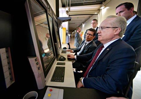 VÅPENKAMERATER: Dr. Tom Kennedy og Kongsbergs Geir Håøy ved de nyeste skjermene for styring av missiler i luftforsvarssystemet NASAMS. Her kan kommandoen skje ved touch screen, Peking på skjermen som ved en smarttelefon.