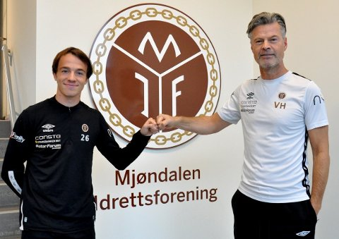 FIKK PROFFKONTRAKT: Syver Skaar Eriksen (t.v.) og MIF-trener Vegard Hansen kunne smile fornøyd. FOTO: MIF.