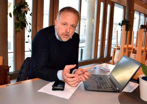 SAKSBEHANDLER: Kommunaldirektør Jens Sveeas avstår fra å innstille enten Vestsida eller Stortorvet, men gir politikerne en grundig vurdering av mange forhold før de skal bestemme Vinmonopolets plassering i Kongsberg.