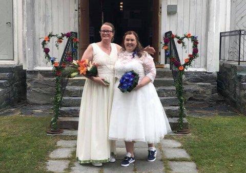 NYGIFT: Pia Vinje (t.v.) og Lene Langrind ga hverandre sitt ja i Nore kirke lørdag 18. september.