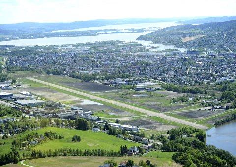 UTBYGGING OG BEVARING: Politikerne ønsker både flytrafikk og boligutvikling på Kjeller.