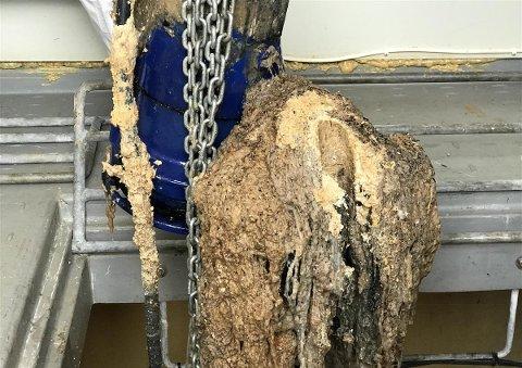 Slik ser det ut når ei mopper og vasketuer har satt seg fast i ei pumpe.