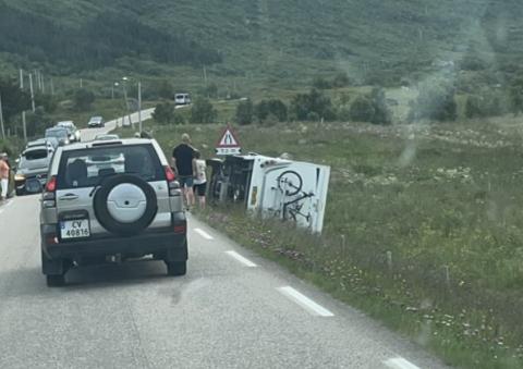 Utforkjøring: Bobilen tippet etter å ha kjørt utfor E10 i Flakstad.