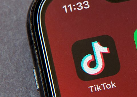 Videoen starter med at en jente danser, slik mange gjør på den populære appen. Deretter følger det sjokkerende klippet.