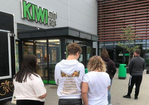 KØ: Kristi himmelfartsdag har det vært konstant koronakø utenfor Kiwi i Handelsparken.