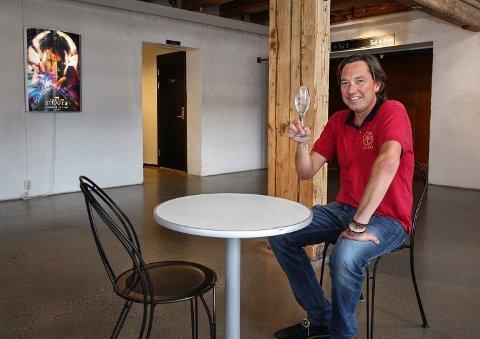 Nå kan folk nyte en øl eller vin til kinofilmen i Moss, forteller Tony Fjærgård