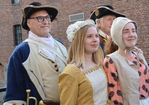 STORE FORSKJELLER: - Vi er overrasket over hvor stor forskjell det er i Moss på 1700- tallet og nå. Det var et kjempe lærrikt og interresant foredrag. At det var laget som et skuespill med gammeldagse kostymer, gjorde at det ble enda lettere å følge med, sier Linnea Dahlmann og Madeleine Johnsen