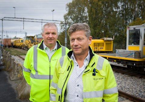 Banesjef for Østfoldbanen, Roar Tvedt (til venstre), og områdedirektør Lars Berge i Bane Nor. I bakgrunnen sees deler av vedlikeholdskjøretøyene til foretaket.