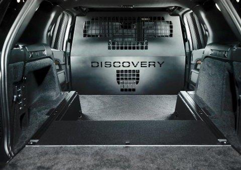 Slik ser det ut når du titter inn i varerommet til en Land Rover Discovery som er ombygd hos Telemark Salmakerverksted. Firmaet har blant annet fått utviklet en egen skriftfont til deleveggen. Veggen er samtidig foret opp for å unngå skader på forseteryggene.