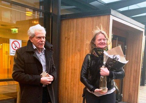 NÅDDE IKKE FRAM: BBMs leder Jonathan Parker (til venstre) og prosessfullmektig Tine Larsen utenfor Moss tingrett etter rettsforhandlingene 23.–25. november.