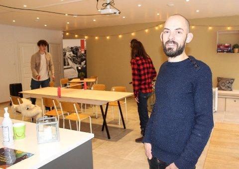 NY KAFÉ: Prosjektleder Ørjan Kalmar Frøvik forteller at ungdommer kan komme innom Møteplassen i Hygeabygget i Dronningens gate 23 for å spille spill, få en matbit eller bare henge.