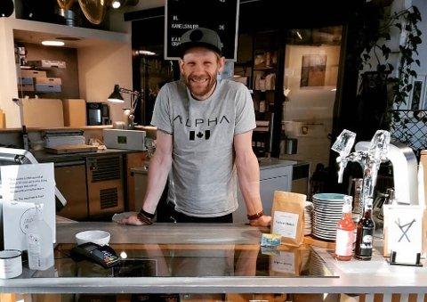 Nå er Tony Jacobsen selv tilbake i kaffebaren ved Bakke Bru.