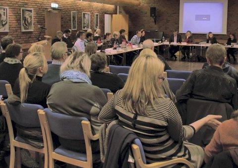 TILHØRERE: Mange foreldre kom til det første møtet i nye Østensjø bydelsutvalg i anledning skolegrenser. Her fikk de støtte av lokalpolitikerne.Begge foto: Karl Andreas Kjelstrup