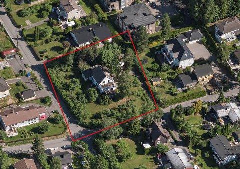BOLIGFELT: Her i Ole Moes vei 26 ønskes det å bygge fire tomannsboliger, med innkjøring fra Bakketoppen nederst i bildet. Om planene blir godkjent gjenstår å se.