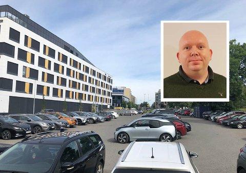 VIL HA FORTGANG: Lars Petter Solås i Nordstrand Frp ønsker ikke flere utsettelser av basketbanen på Lambertseter. Han ønsker at banen bygges i fullskala og at resten av tomten skal brukes til bilparkering.