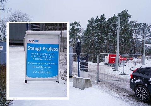 Dette skiltet møter parkerende bilister ved innfartsparkeringen ved Ljabru nå.