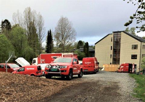 Den siste tiden har det vært fullt av biler og diverse utstyr ved skateparken på Sæter.