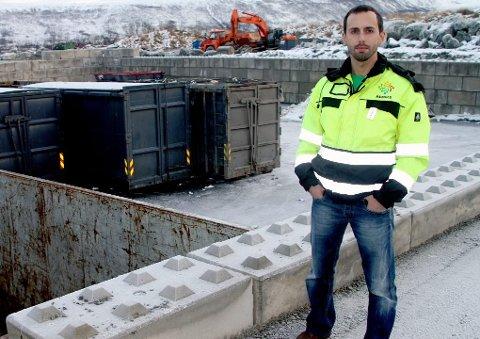 Morten Bangås, daglig leder i Remiks husholdning AS, oppfordrer folk til å bruke gjennomsiktige søppelsekker. Det øker sikkerheten på miljøstasjonen.