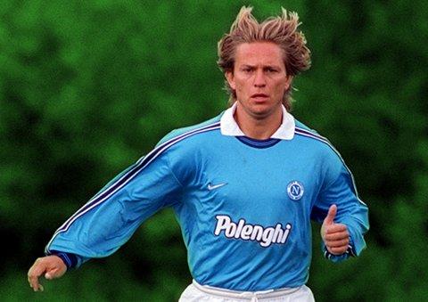 UPÅKLAGELIG STIL: Steinar Nilsen som Napoli-spiller. Fotballstorheten fra Tromsø kommer som gjest i podkasten «JoMos Kosmos» til uka. Vi er over middels interesserte i alle mulige spørsmål.