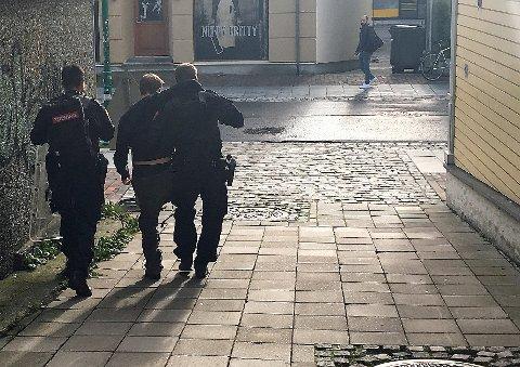 ØVELSE: Her trener politiets utrykningsenhet i Schankesmuget i Tromsø sentrum.
