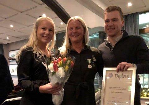 RØRT: Elin Nicolaisen (midten) ble hedret av Troms Fotballkrets i går kveld og ble ekstra rørt da de eldste barna hennes overrasket henne under utdelingen.
