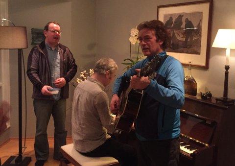 NACHSPIEL-KONSERT: Simon Ramsden (f.v.), Paul Thudhope og Chris O'Neill i «The Cavern Beatles» spiller opp i stua til ekteparet Tessem i Tromsø natt til lørdag.