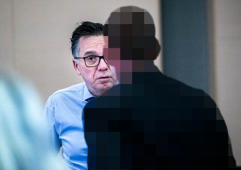 TILTALT: 32-åringen er tiltalt for grov, organisert narkokriminalitet. Påtalemyndigheten mener at han hadde en sentral rolle i innførselen av 87 kilo amfetamin til Tromsø. Her er mannen i samtale med sin forsvarer, advokat Ole Petter Drevland, i Nord-Troms tingrett mandag morgen.
