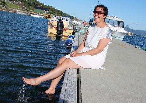 FERIE: Renate Renland nyter livet på kaikanten på Sør-Senja etter en måned intens jobbing på sommerkafeen hjemme på Husøy.