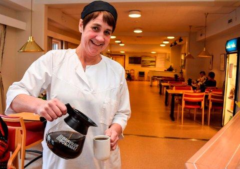 Da budsjettknipa ble som størst tok de ansatte på Hovli et valg. - Jeg betaler heller en tier for min egen kopp med kaffe enn å kutte i forpleiningen av pasientene, sier Runa Jahren, kokk og stedfortredende kjøkkensjef.