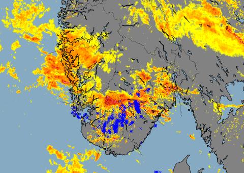 Dette radarbildet viser hvordan været og lyn har drevet over Sør-Norge lørdag.