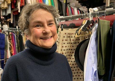 KOSTYMER: Marit Sætren fra Gjøvik har holdt til i NRKs kostymeavdeling siden 1994 og har sørget for kostymene til den nye dramaserien  «22. juli».