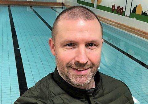 VIL BEVARE SKOLEBASSENGET : Christer Stenberg er glad for at han endelig er blitt trygg i vannet og at barna hans også er blitt det. FAU-lederen ved Kopperud skole kjemper for at bassenget på skolen ikke skal bli nedlagt.