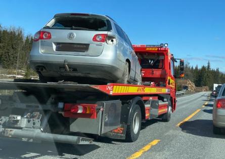 BERGET NÅ: Bilen som kjørte utfor veien ved avkjøring til Mustadroa er nå hentet av bergingsbil.