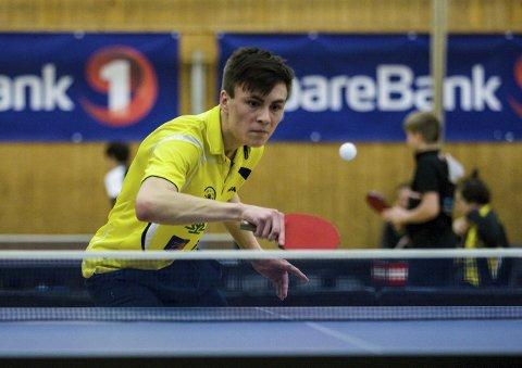 TILBAKE: Axel Ørmen (16) returnerer en serve i sin åttendedelsfinale.