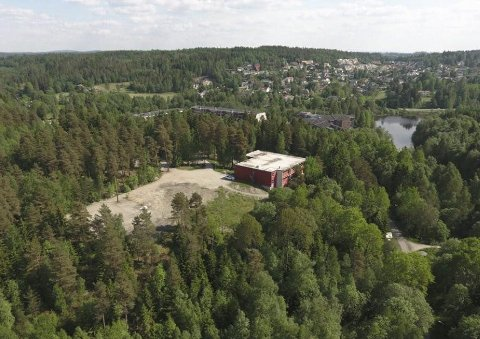 MIDT I SMØRØYET: Bare svømmehallen og gymsalen står igjen der ungdomsskolen en gang lå. Nå skal Ski kommune selge hele dette området.