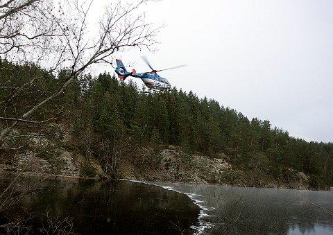 Politihelikopteret flyr lavt over Gjersjøen i et redningssøk tirsdag.