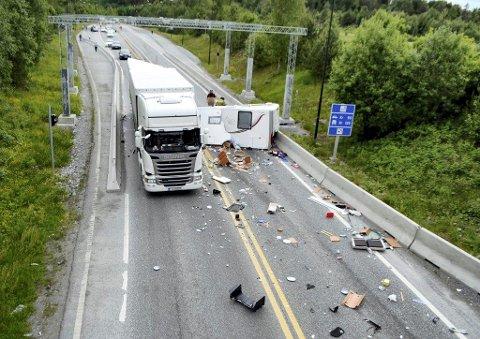 KJØRTE INN I VOGNTOG: Kona ble drept og ektemannen skadet da bobilen kjørte inn i vogntoget bakfra.