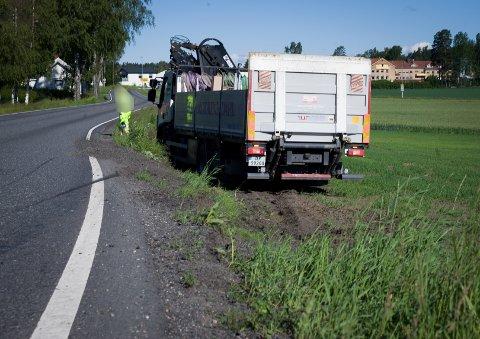 Lastebilen havnet på jordet etter å ha viket unna en motgående buss.