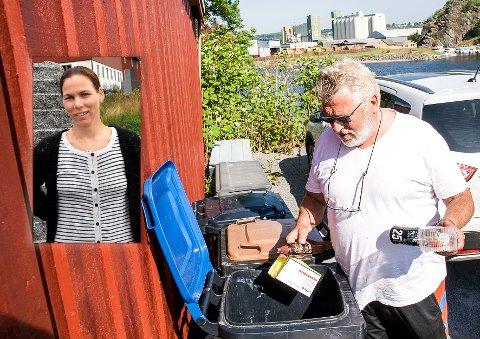 Ved Hvittensand: Lars Barth mener leder for park- og friområder, Guro Hessner (innfelt) er naiv når hun tror folk flest tar med seg søppelet hjem fra stranda.