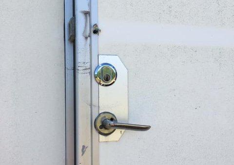 INNBRUDD: Det er tydelige merker på døra til containeren der innbruddet skjedde.