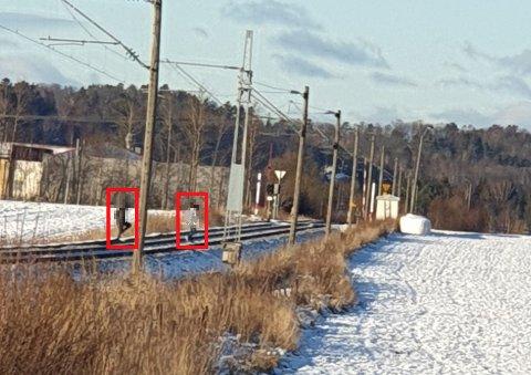 ULOVLIG: To personer har funnet seg en snarvei over jernbanelinjen. Det er både farlig og ulovlig.