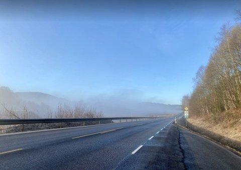 SKUMMELT: Det er glatt nedover Lågendalen torsdag morgen. Her fra Gåserud ved Styrvoll like før klokken 08.