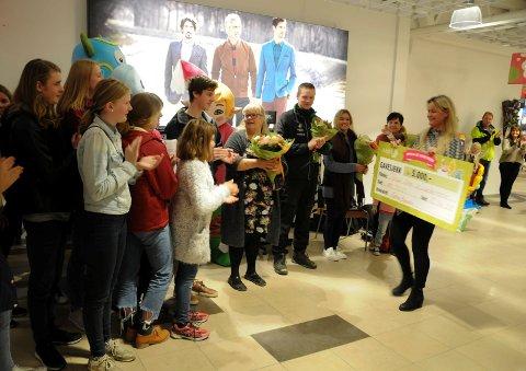 KJÆRKOMMEN PENGEGAVE:  Senterleder Cathrin Rugsveen overrekte en gavesjekk på 5.000 kroner til Amfelia Osvar-vinnerne Tynset barne- og ungdomsteater.