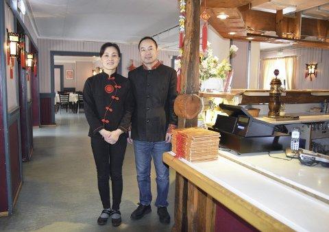 JUBILEUM: Til sommeren er det 20 år siden ekteparet Mingfei Zhuge og Pin Ma åpnet dørene til sin egen restaurant i Elverum. Da de flyttet til byen, kjente de ikke en sjel. Nå har de mange venner her.