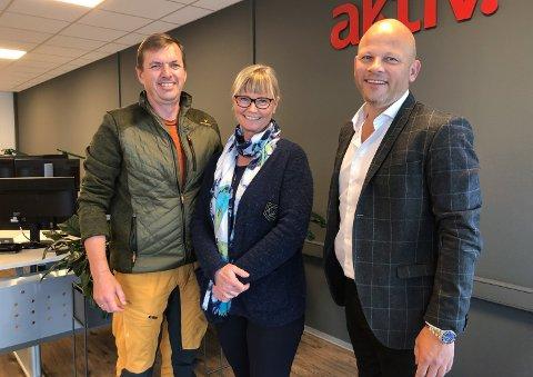 SENKER PRISEN: Hans og Marianne Wimmer, sammen med eiendomsmegler Espen Strøm (til høyre).