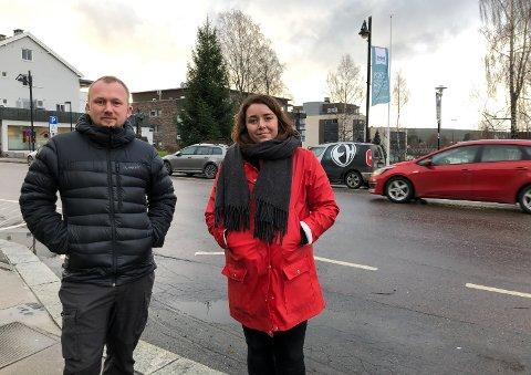 MED KORONA-VRI: Sentrumsforeningens styreleder Christian A. Eckbo og styremedlem Linn Wold lover julegateåpning også i år.