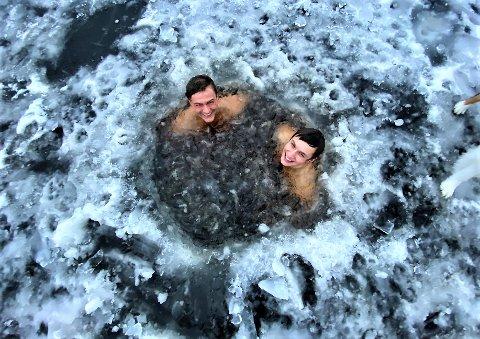 ISBADERE: Sondre Kjønsberg (tv) og Birk Krokan fra Elverum er blitt ihuga isbadere i Sagtjernet.